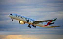 Emiraten Boeing die 777-200 opstijgen. Stock Afbeeldingen