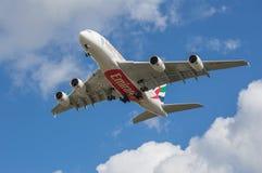 Emiraten A380 op benadering stock fotografie