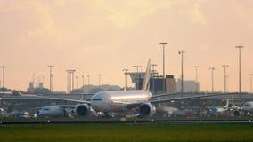 Emiraten SkyCargo die 777 na het landen taxi?en stock video