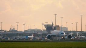 Emiraten SkyCargo die 777 na het landen taxi?en stock videobeelden