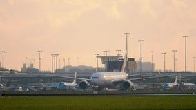 Emiraten SkyCargo die 777 na het landen taxi?en stock footage