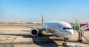 Emirater Boeing 777-300ER på Bahrain den internationella flygplatsen Arkivfoto