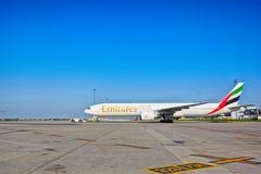 Emirater Boeing 777-31H som är klar för, tar av från den Prague flygplatsen Arkivbild