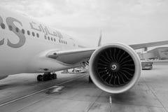 Emirater Boeing 777 i den Dubai International flygplatsen Arkivbilder