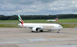 Emirater Boeing 777 i flygplatsen Hamburg Royaltyfri Fotografi