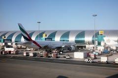 Emirater Boeing 777 på den Dubai flygplatsen Arkivfoto