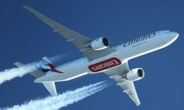 Emirater boeing 777 som högt kryssar omkring över Turkiet contrails Arkivfoton
