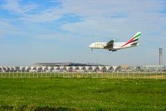 Emirater hyvlar landning till landningsbanor på den internationella flygplatsen för suvarnabhumien i Bangkok, Thailand arkivfoton