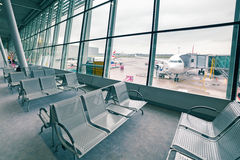 Emirater hyvlar på den Chopin flygplatsen i Warszawa Arkivbilder