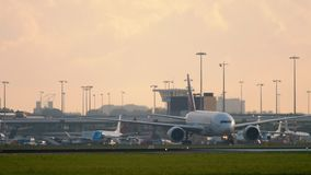 Emirater SkyCargo 777 som åker taxi, når att ha landat lager videofilmer