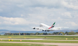 Emirater A380-861 som lyfter av på den Manchester flygplatsen, Royaltyfri Fotografi