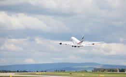 Emirater A380-861 som lyfter av på den Manchester flygplatsen Royaltyfri Bild