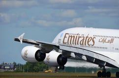 Emirater A380 som tar av royaltyfri foto