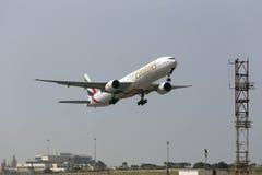 Emirater 777-300 som tar av Royaltyfri Bild