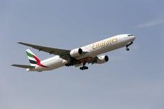 Emirater 777-300 som tar av Royaltyfri Foto
