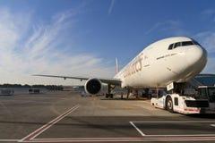 Emirates hyvlar i den Dubai flygplatsen Fotografering för Bildbyråer