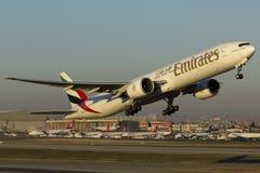 Emiratflugzeug starten Stockfoto