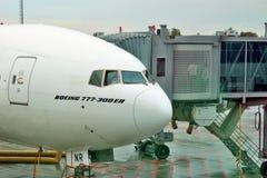 Emiratflygbolag Boeing 777-300 ER Fotografering för Bildbyråer