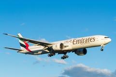 Emiratflygbolag Boeing 777 i flykten Royaltyfria Foton