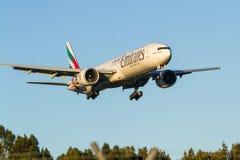 Emiratflygbolag Boeing 777 i flykten Royaltyfri Foto