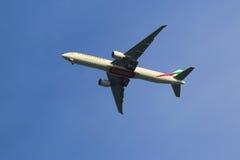 Emiratflygbolag Boeing 777 i New York himmel, innan att landa på JFK-flygplatsen Arkivbilder