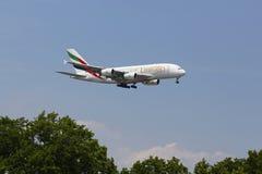 Emiratflygbolagflygbuss A380 i New York himmel, innan att landa på JFK-flygplatsen Fotografering för Bildbyråer
