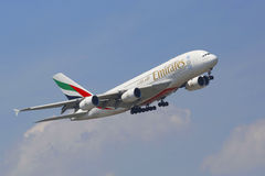 Emiratflygbolagflygbuss A380 på inställning till den internationella flygplatsen för JFK i New York Fotografering för Bildbyråer
