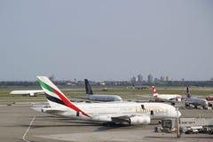Emiratflygbolagflygbuss A380 på JFK-flygplatsen i New York Fotografering för Bildbyråer