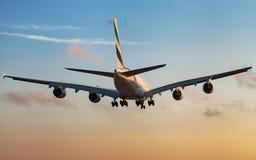 Emiratflygbuss A380, bakre sikt på solnedgången Arkivfoton
