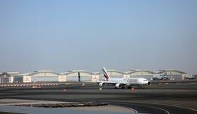 Emiratflygbuss A340 på den Dubai flygplatsen Royaltyfria Foton