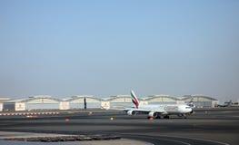 Emiratflygbuss A340 på den Dubai flygplatsen Arkivfoto