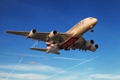 Emiratflygbuss A380 på solnedgången Arkivbilder