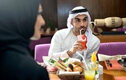 年轻Emirati阿拉伯夫妇用餐 免版税库存照片