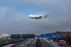 Emirati Airbus A380 che si avvicina per l'atterraggio a Francoforte Airpor immagini stock libere da diritti