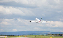 Emirati A380-861 che tolgono all'aeroporto di Manchester Immagine Stock Libera da Diritti