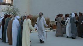 Emiratimensen die Yowla, een traditionele dans in de erfenis van de Verenigde Arabische Emiraten uitvoeren stock videobeelden