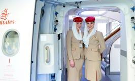 Emiratmannschaftsmitglied-Treffenpassagiere Lizenzfreie Stockfotos