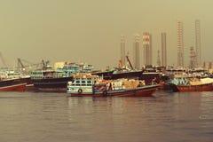EMIRATOS ÁRABES DE DUBAI-UNITED EL 21 DE JUNIO DE 2017 Muchos barcos de la pesca profesional en el mar Fotografía de archivo