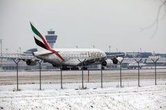 Emiratos Airbus A380-800 A6-EEB, aeropuerto MUC de Munich Imagenes de archivo