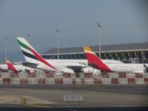 Emiratos Airbus A380 parqueado en Madrid Imagen de archivo libre de regalías
