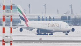 Emiratos Airbus A380-800 que lleva en taxi en el aeropuerto MUC de Munich