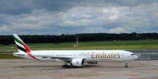 Emiratos Boeing 777 en el aeropuerto Hamburgo Fotos de archivo libres de regalías