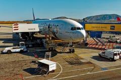 Emiratos Boeing 777 en el aeropuerto de Atenas Fotografía de archivo libre de regalías