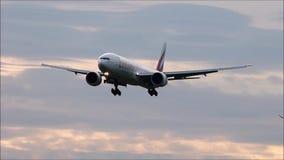 Emiratos Boeing 777 que aterriza en una tarde impresionante metrajes