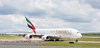Emiratos A380-861 que se preparan para sacar en el aeropuerto de Manchester Imagenes de archivo