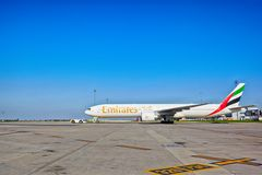 Emiraty Boeing 777-31H przygotowywający dla zdejmowali od Praga lotniska Fotografia Stock