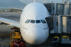 Emiraty A380-800 dokujący w lotnisku Obraz Stock