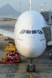 Emiraty A380-800 dokujący w lotnisku Fotografia Stock