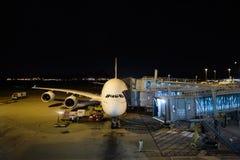 Emiraty A380-800 dokujący w lotnisku Zdjęcie Stock