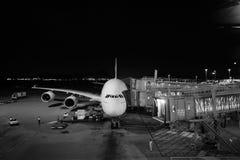 Emiraty A380-800 dokujący w lotnisku Obrazy Royalty Free